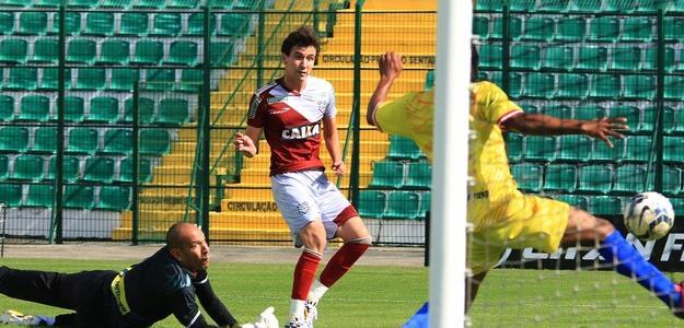 Atacante Pablo marca gol diante do Inter de Lages, no último sábado