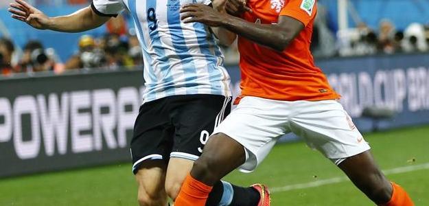Martins Indi em ação pela Holanda na semifinal contra a Argentina