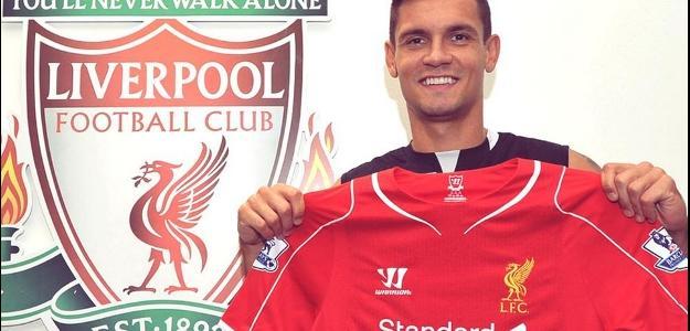 Dejan Lovren segura a camisa do Liverpool, seu novo clube