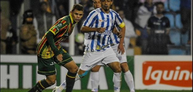 Jonas (à esq.) em ação pelo Sampaio Corrêa-MA em jogo contra o Avaí, pela Série
