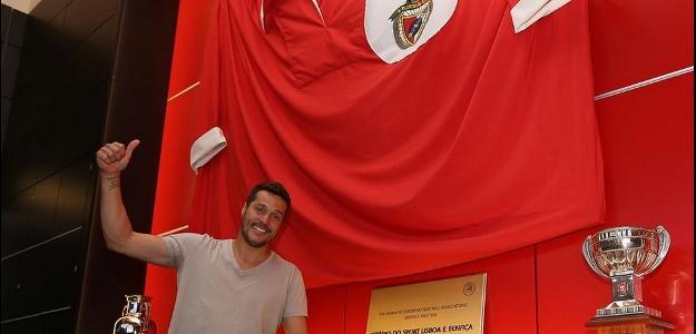Goleiro Júlio César posa para foto em frente a bandeira do Benfica