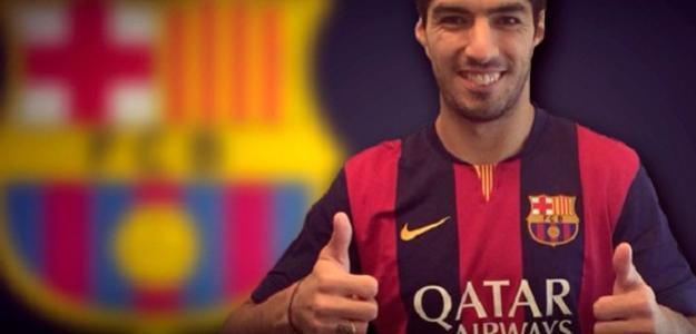 Luis Suárez posa com a camisa do Barcelona