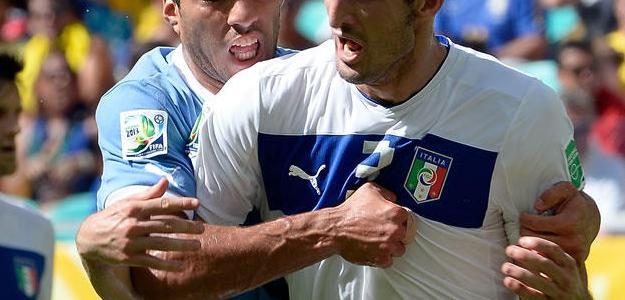 Suárez tenta morder Chiellini na disputa do terceiro lugar da Copa das Confedera