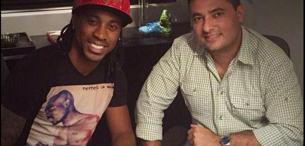 O diretor de futebol posa ao lado de Arouca, mais nova contratação palmeirense