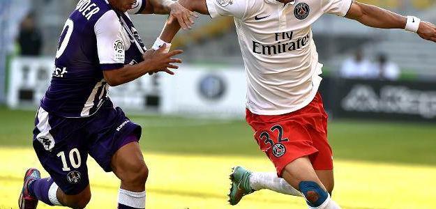 Ben Yedder disputa uma bola com David Luiz, em 27 de setembro em Toulouse