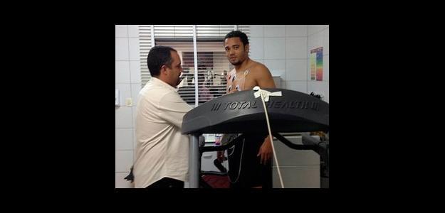 Adriano realiza exames médicos para assinar com o Vitória