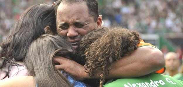 Atacante de 41 anos chora ao lado da família