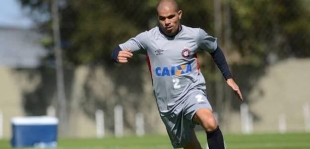 Lateral-direito Alessandro treina com a equipe principal