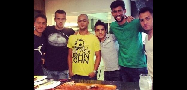 Jogadores do Coritiba com Martinuccio (à direita) em churrasco para ver o jogo d