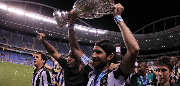 Loco Abreu levanta taça pelo Botafogo: projeto de retorno adiado