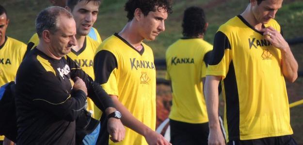 Higor (centro) começa treinos e a conhecer novos companheiros de clube