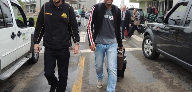 Souza chega a Criciúma e é recebido por auxiliar de supervisão Tiago Neoti