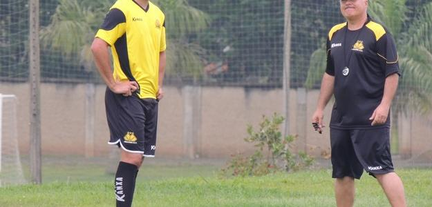 No primeiro treino pelo Criciúma, Eli Sabiá faz atividades com o grupo