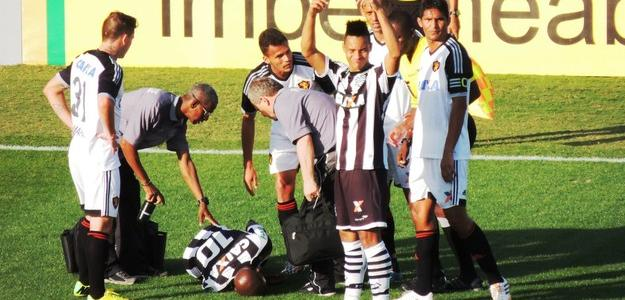 Kleber caído no gramado ainda com fortes dores na coxa direita, no jogo contra o