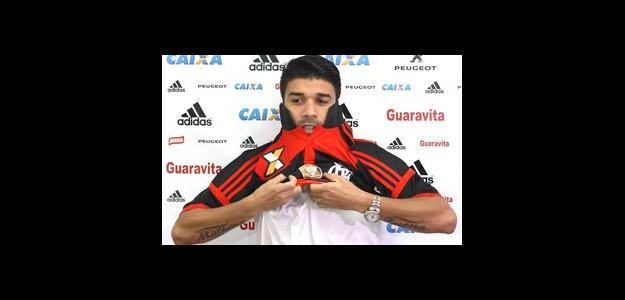 Eduardo da Silva recebe a camisa 23 de um sócio-torcedor