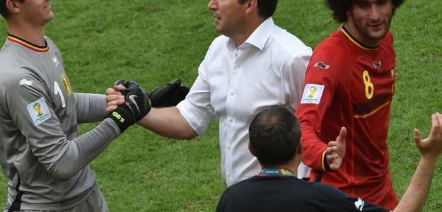 O técnico da seleção belga felicita o goleiro Thibaut Courtois após a vitória so