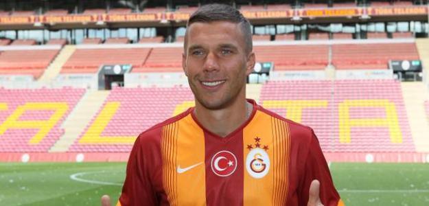 Lukas Podolski assinou contrato de quatro temporadas para defender o Galatasaray