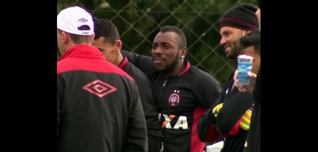 Sem saber se continua no clube, Manoel participa normalmente do treino do Atléti