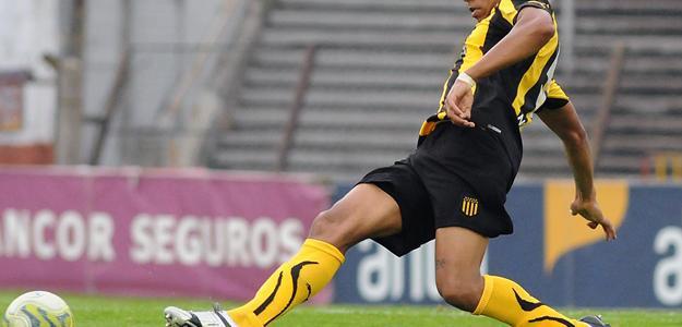 O volante já atuou em defesa do Peñarol, irá defender o Inter