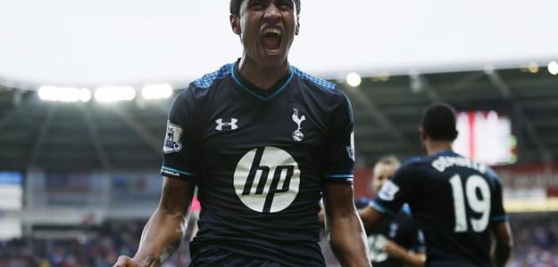 Paulinho comemorando um de seus gols com a camisa dos Spurs
