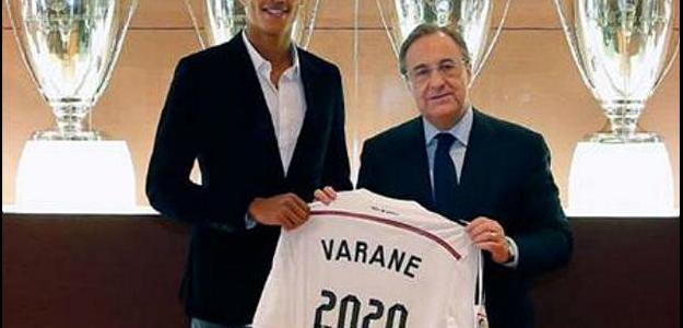 Zagueiro Raphael Varane posou ao lado de Florentino Pérez, após assinar contrato