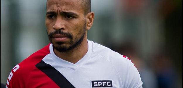 Com concorrência na lateral, Álvaro Pereira pode trocar São Paulo pelo Palmeiras