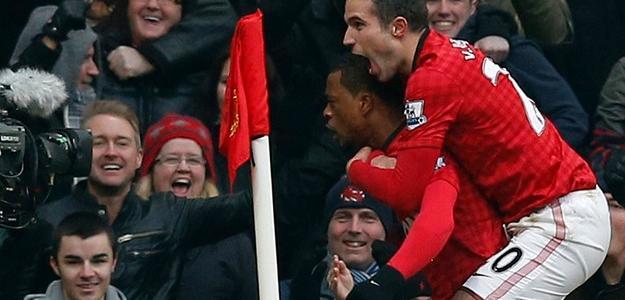 Evra, abraçado por Van Persie, em um de seus dez gols pelo United