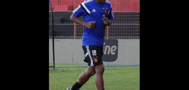 Lateral-direito Vítor já treina com o elenco do Sport